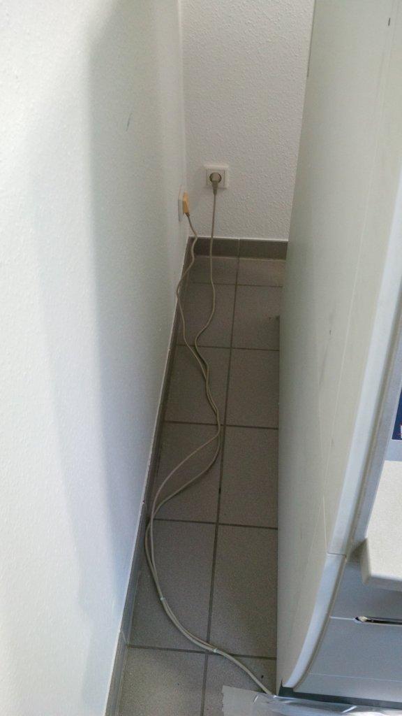 Bankautomat - Freiliegende Kabel